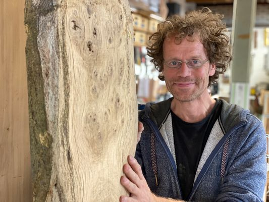 Waarom houtkunstenaar Edward fan is van hout Nederlandse eiken